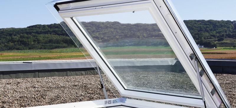 Claraboya para tejado y terraza blanca con apertura automática o manual | Terrapilar distribuidor Alicante y Murcia