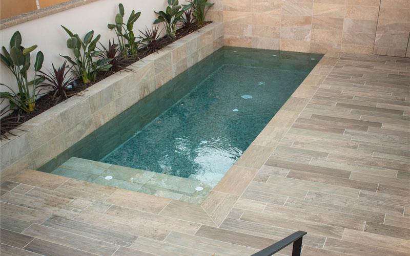 Suelo para piscinas imitación madera en azulejos porcelánicos Rosagres stela golden