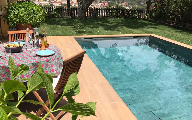 Suelo azulejos porcelánicos para piscinas en imitación madera Rosagres Alma Honey