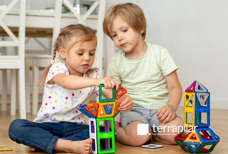 Niños jugando a construir