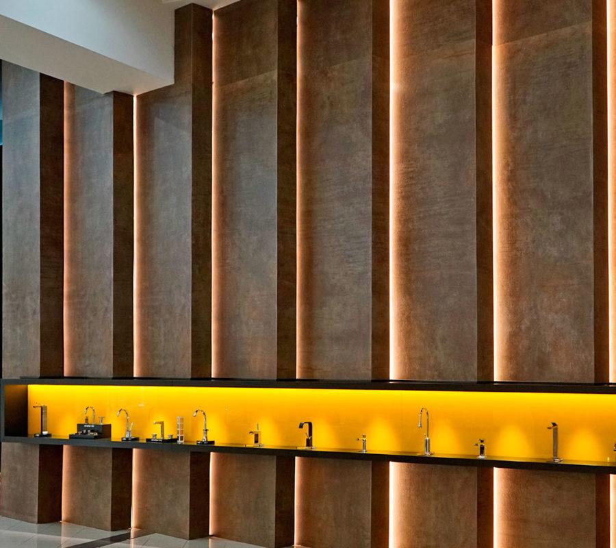 Exposición de gifería de diseño colocada sobre base Flexstone