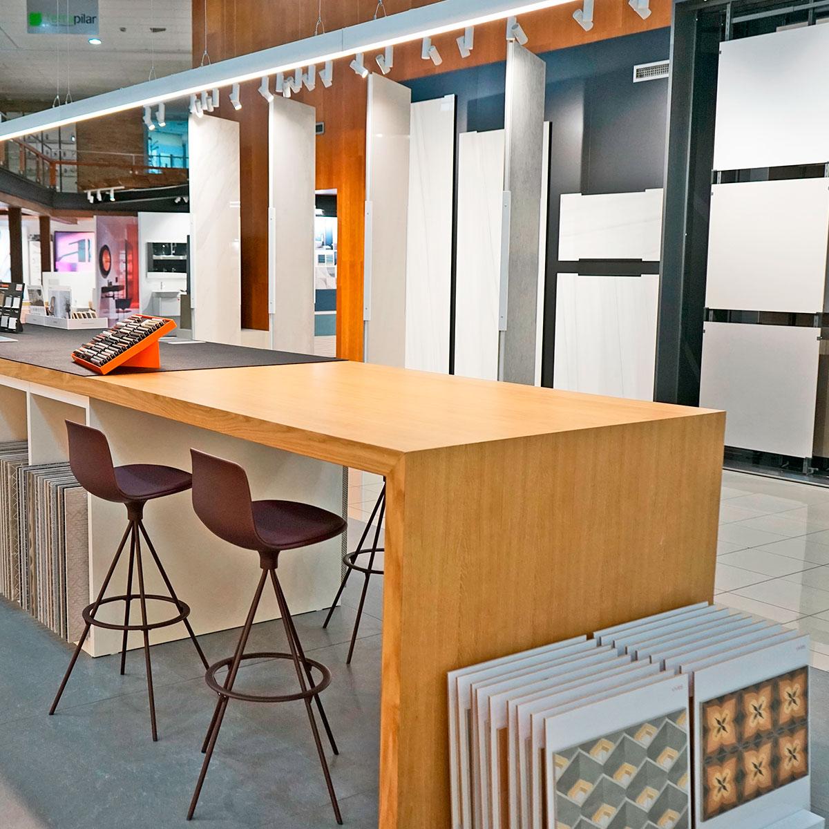 Mesa técnica con todos los recursos para facilitar la venta de materiales de construcción, azulejos y pavimentos